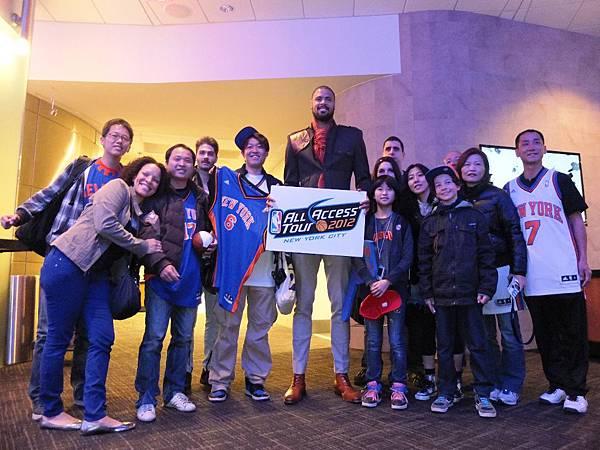 開賽前尼克隊球員錢德勒與NBA ALL ACCESS TOUR的幸運兒見面,並親切的為每一位幸運兒簽名。