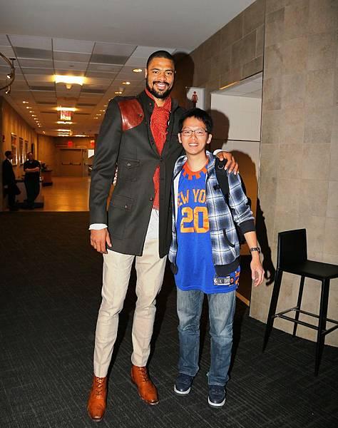ESS紐約夢幻之旅幸運兒許翔與尼克隊球星錢德勒開心合影。
