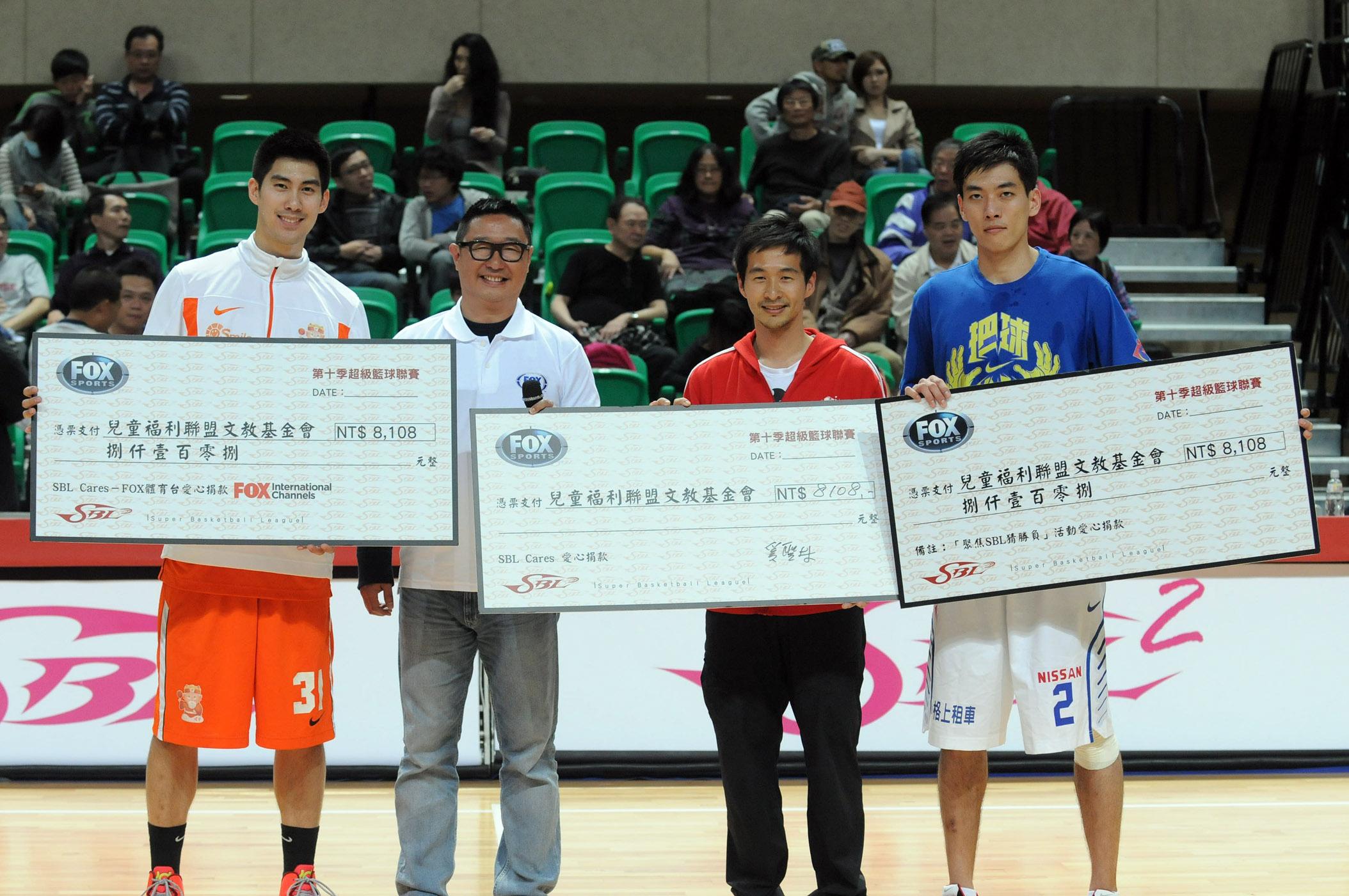 SBL球員璞園毛加恩(左一)、裕隆吳奉晟(右一)及FOX體育台總經理奚聖林(左二)共同代表捐出SBL Cares慈善捐款支票予兒福聯盟代表李文傑