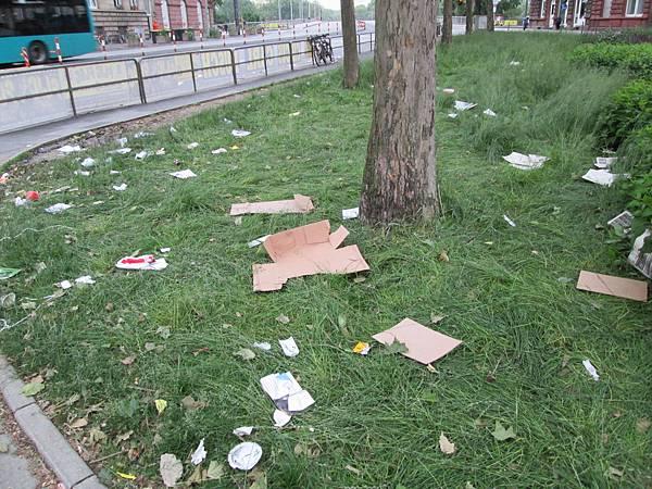 抗議活動過後的滿地垃圾