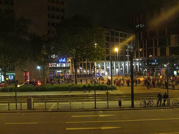 半夜抗議民眾開始遊行...都已經上床睡了還被吵醒。