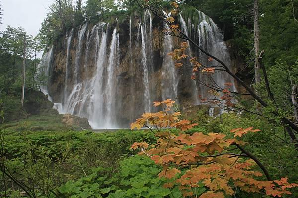 十六湖裡的瀑布