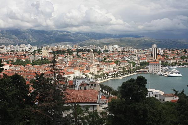 爬到旁邊山丘上看這個城市也很漂亮
