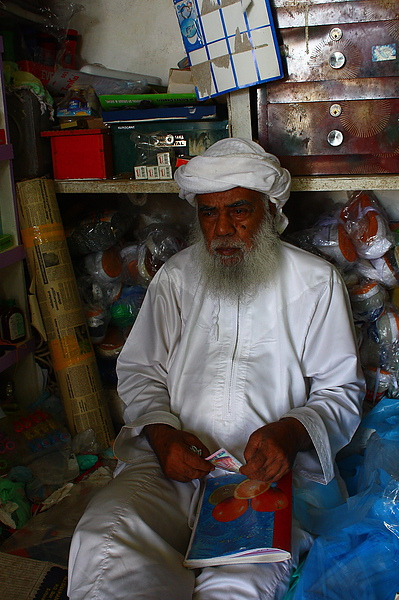 Misfah內小雜貨店裡的老人