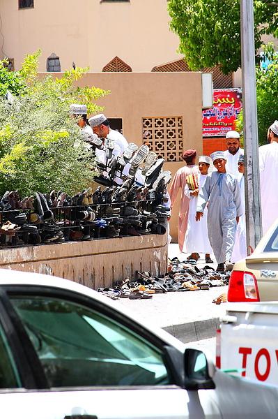 祈禱的時間大批人進入清真寺  外面堆滿了鞋子