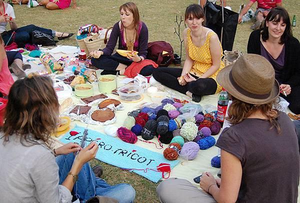 L'apéro-tricot-picnic-sous-la-Tour-Eiffel2