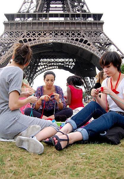 L'apéro-tricot-picnic-sous-la-Tour-Eiffel