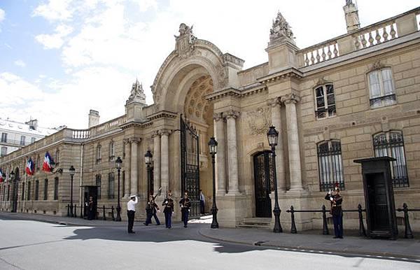 Palais-de-l'Élysée-Entrée---630x405---©-Fotolia-ParisPhoto.jpg