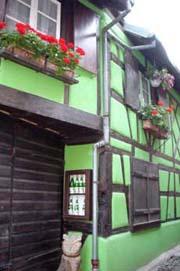 用色大膽的木構房屋牆上有小酒櫃