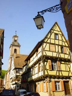Riquewihr的教堂與有鮮明色彩的屋宇