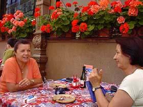 在露天咖啡座用餐時,與隔壁桌兩位法國婦女結緣