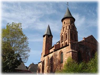 Collonges La Rouge鎮裡最高的建築物Saint Pierre教堂