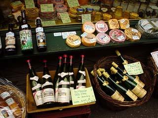 街上到處陳列著Muster乳酪跟綠色的白酒瓶