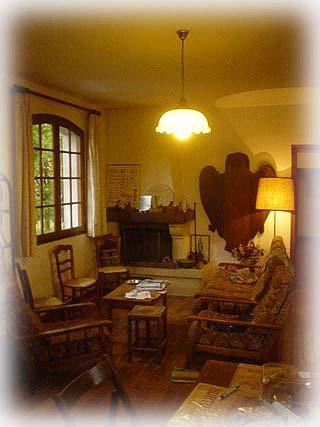 擺設古典的鄉間小居, 客廳盡是一些古董家俱...