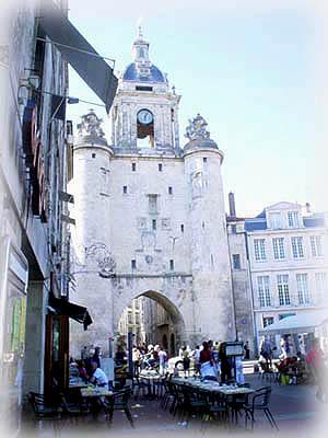 舊港前,十四世紀開始修建的鐘門(Grosse Horloge)