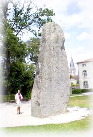 全長8.7公尺,實際高高七公尺的豎形石之王