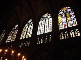 教堂內部美麗的彩繪玻璃窗
