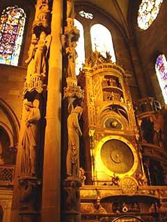 教堂左翼後側的天使柱與天文鐘