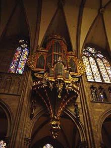 教堂內華麗精巧的管風琴樂器