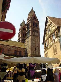 在Ste Foy教堂旁就這樣大喇喇的擺\著性感內衣,是不是該禁止呀!!