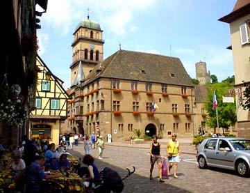 市府廣場旁的旅遊資訊中心、13世紀的聖十字教堂與山上的雕堡