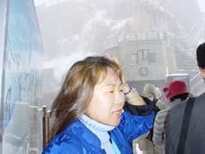 正在阿爾卑斯山上導覽的紅牌導遊