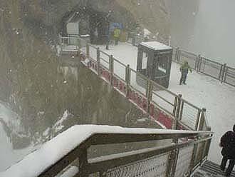 冰天雪地的峰頂平台