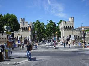 共和大道Rue de la Republique前的亞維儂城門