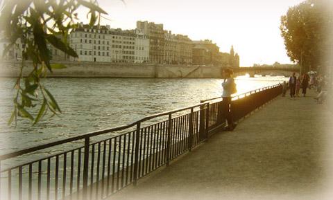 河堤旁的法國少女倩影