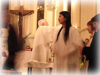 受洗儀式中穿著白袍的Pei-Ying