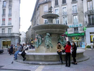 Grenoble市中心廣場噴泉邊等著約會的青少年