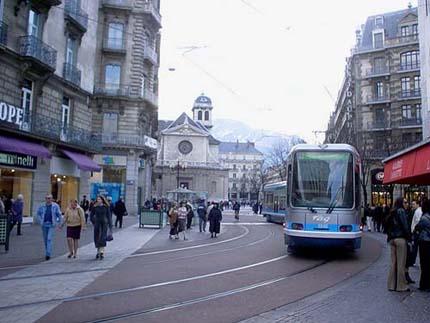 教堂廣場旁的電車