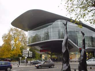 火車站前的現代劇院