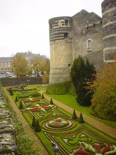 昂熱Angers乾涸的護城河床有美麗的法式花園