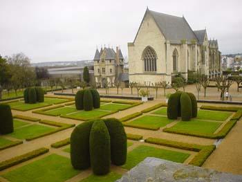 城堡中,安茹公爵(duc d\'Anjou)建的一個小禮拜堂(Chapelle)與法式庭園