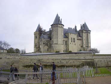 山丘上,籬笆後的是索謬爾 (Saumur)白色古堡