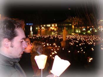 晚上聖殿前的燭光,萬頭鑽動