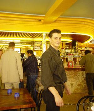 男生版的Amelie,咖啡廳伺者親切微笑著
