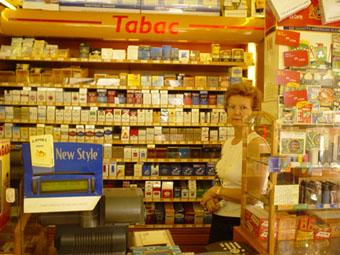 咖啡廳裡賣香煙的女店員