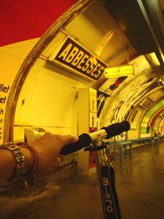 我的滑板車, 蒙馬特地鐵站Abbesses裡...
