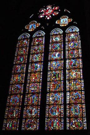 大教堂一側的彩繪玻璃窗