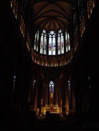 教堂最大的建築特點為首創於大拱廊三角門楣上方