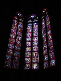 大教堂中心內殿後側的彩繪玻璃窗