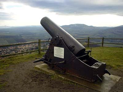 在Monton山上遠眺的田野與古砲