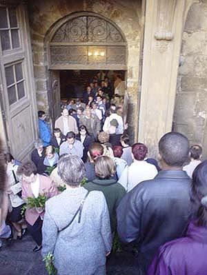 教堂前擠滿了來做禮拜的人