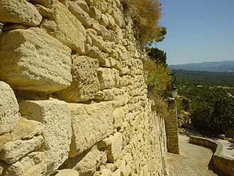 勾禾德Gordes的石灰岩石牆