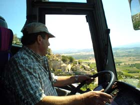 法國司機Georges正專心的開著車