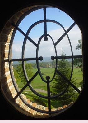 城堡窗外有一大片充滿綠意的奧文尼田野喔!!!