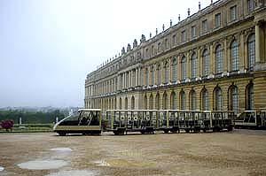 搭著遊園的小火車去大、小翠儂宮,5歐元一趟還不算貴
