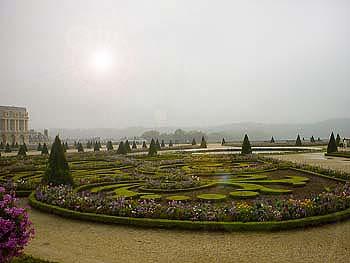 凡爾賽宮後面是一座風格獨特的法蘭西式大花園